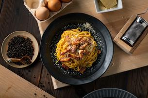 Delicious pasta carbonara on black plate.の写真素材 [FYI04512885]