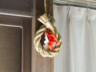 鎌倉のしめ縄・お祓いさん。年に2度、鶴岡八幡宮で初穂料を納めるといただけるしめ縄です。鎌倉の民家やお店の入り口に飾られます。の写真素材 [FYI04512980]