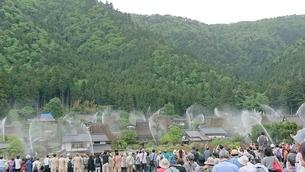 美山  一斉放水の写真素材 [FYI04513076]