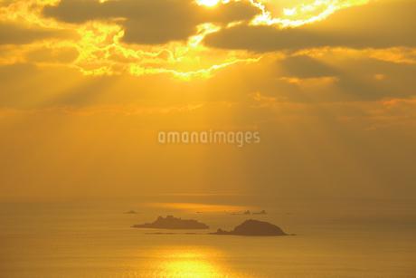 軍艦島(端島)に降り注ぐ天使のはしごの写真素材 [FYI04513087]