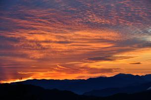 朝焼けの空と山並み 野迫川村の写真素材 [FYI04513328]