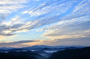 朝焼けの空と山並み 野迫川村の写真素材 [FYI04513334]