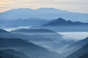 夜明け前、朝もやの山並み 野迫川村の写真素材 [FYI04513335]