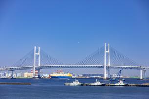 横浜港大さん橋から見るベイブリッジの写真素材 [FYI04513357]