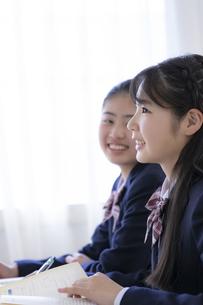 授業を受ける女子学生の写真素材 [FYI04513442]