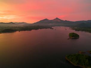 朝焼けの桧原湖と磐梯山の写真素材 [FYI04513517]