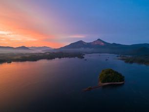 朝焼けの桧原湖と磐梯山の写真素材 [FYI04513521]