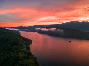 朝焼けの桧原湖と磐梯山の写真素材 [FYI04513522]