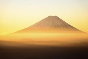山梨県 黄金の朝陽に輝く富士山の写真素材 [FYI04513626]