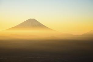 山梨県 黄金の朝陽に輝く富士山の写真素材 [FYI04513627]