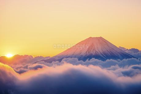 山梨県 富士山と御来光の写真素材 [FYI04513635]