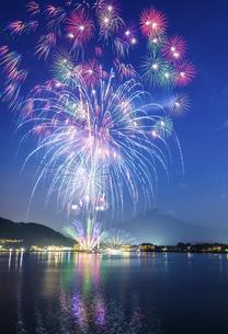 山梨県 河口湖花火大会「湖上祭」 の写真素材 [FYI04513637]