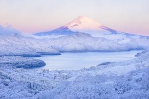 神奈川県 雪景色の箱根より富士山と芦ノ湖を望むの写真素材 [FYI04513638]