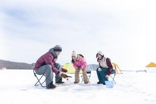 わかさぎ釣りをする家族の写真素材 [FYI04514010]