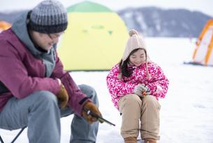 わかさぎ釣りをする親子の写真素材 [FYI04514011]