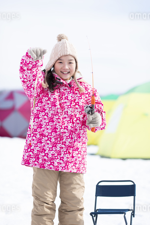 わかさぎ釣りをする女の子の写真素材 [FYI04514019]