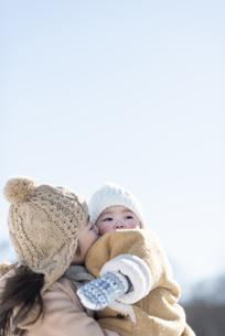 妹を抱く女の子の写真素材 [FYI04514062]