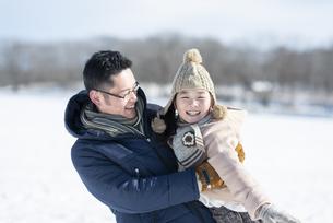 父親に抱き上げられる女の子の写真素材 [FYI04514066]