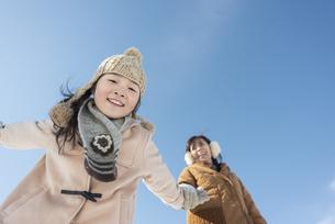 母親と散歩をする女の子の写真素材 [FYI04514072]