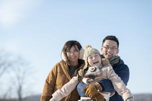 冬景色の中の家族の写真素材 [FYI04514087]