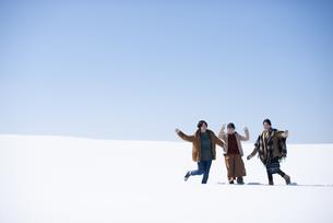 雪原の中でポーズをする女性の写真素材 [FYI04514112]