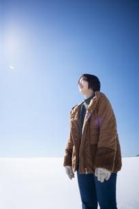 雪原に佇む女性の写真素材 [FYI04514138]