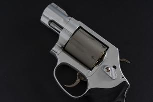 銀色の拳銃と黒い背景の写真素材 [FYI04514282]