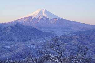 朝焼けの富士山と雪景色の写真素材 [FYI04514457]