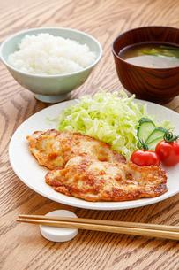 豚肉の生姜焼き定食の写真素材 [FYI04514487]