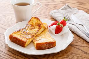 苺のフレンチトーストの写真素材 [FYI04514573]