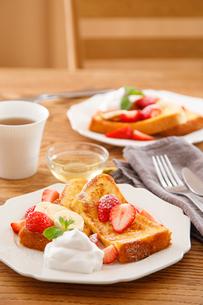 イチゴのフレンチトーストの写真素材 [FYI04514591]