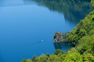快晴の十和田湖に白いボートの写真素材 [FYI04514953]