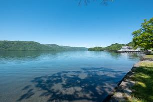 十和田湖と遊覧船の写真素材 [FYI04514962]
