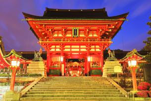 重要文化財 伏見稲荷大社の楼門に朝焼け空の写真素材 [FYI04515280]