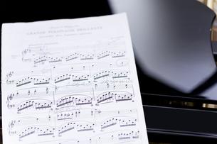 ピアノの上に置かれた楽譜の写真素材 [FYI04515473]