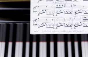 ピアノの上に置かれた楽譜の写真素材 [FYI04515476]