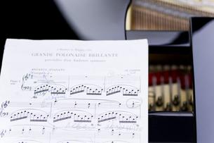 ピアノの上に置かれた楽譜の写真素材 [FYI04515477]