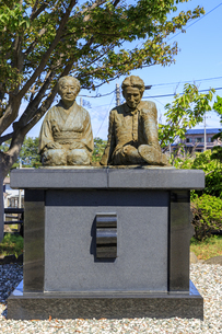 小説「津軽」の像記念館 越野タケと太宰治の像の写真素材 [FYI04515560]