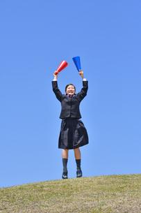 青空で応援する女の子の写真素材 [FYI04515813]