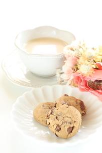 紅茶とチョコレイトクッキーの写真素材 [FYI04515901]