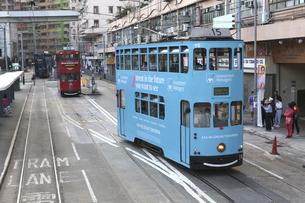 香港の街を行く路面電車トラム。トラムは英国植民地時代から走り続ける香港庶民の足の写真素材 [FYI04516205]