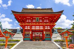 伏見稲荷大社の楼門の写真素材 [FYI04516257]