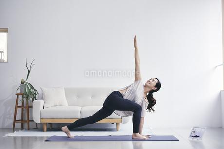 室内で運動する女性の写真素材 [FYI04516570]