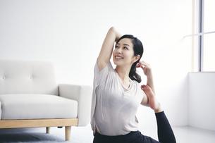 室内で運動する女性の写真素材 [FYI04516583]