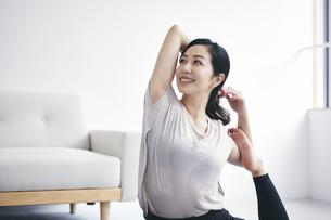 室内で運動する女性の写真素材 [FYI04516584]