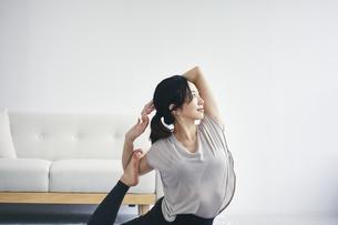 室内で運動する女性の写真素材 [FYI04516596]