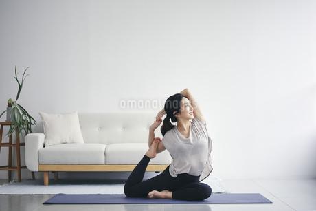 室内で運動する女性の写真素材 [FYI04516597]