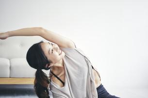 室内で運動する女性の写真素材 [FYI04516601]