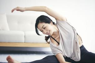 室内で運動する女性の写真素材 [FYI04516602]