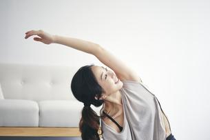 室内で運動する女性の写真素材 [FYI04516603]